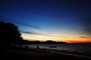 オレンジから青のコントラストが綺麗な浜辺の空の写真素材 [FYI00462453]