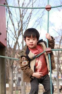 公園で遊ぶ男の子の素材 [FYI00462480]