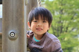 公園で遊ぶ少年の写真素材 [FYI00462485]
