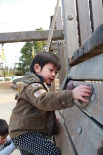 公園で遊ぶ男の子の素材 [FYI00462492]