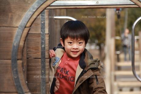 公園で遊ぶ男の子の素材 [FYI00462494]