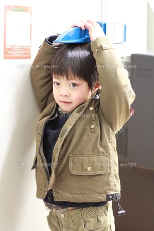 身長を測る男の子の素材 [FYI00462495]