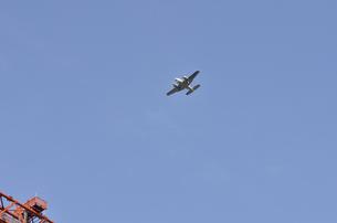 双発機誘導塔上空の写真素材 [FYI00462865]