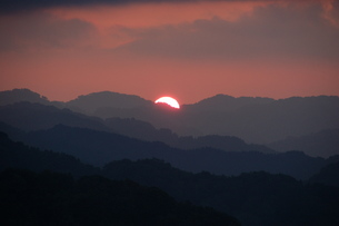 空を茜に染める落日の写真素材 [FYI00463985]