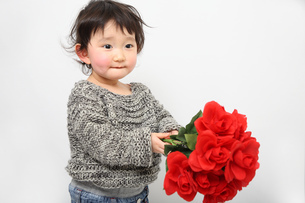 赤ちゃんと花束の写真素材 [FYI00464052]