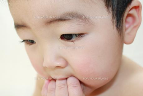 手をなめる赤ちゃんの写真素材 [FYI00464070]
