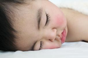赤ちゃん寝顔アップの素材 [FYI00464078]