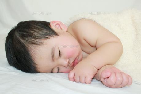 横向きで寝る赤ちゃんの素材 [FYI00464095]