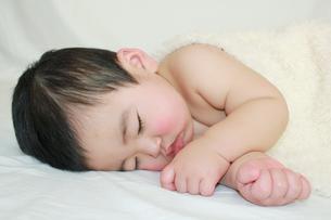 横向きで寝る赤ちゃんの写真素材 [FYI00464095]
