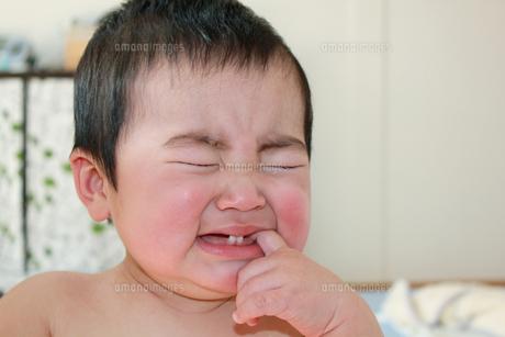 指をくわえて泣く赤ちゃんの素材 [FYI00464112]