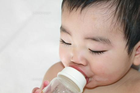 哺乳瓶を吸う赤ちゃんアップの素材 [FYI00464123]