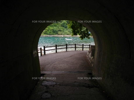 浄土ヶ浜 トンネルと海の写真素材 [FYI00464211]