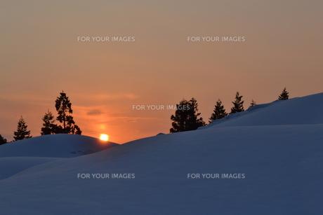 雪原の夕日の素材 [FYI00464712]