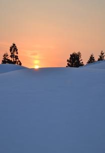 雪上の夕日の素材 [FYI00464715]