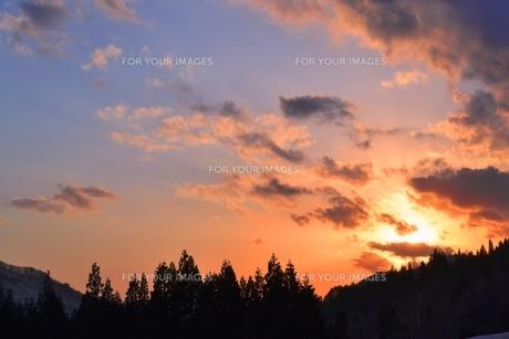 早春の夕焼けの写真素材 [FYI00464739]