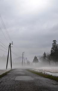 村へ続く道の写真素材 [FYI00464790]