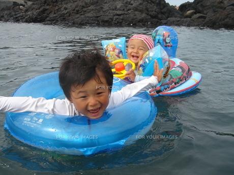 海ではしゃぐ兄弟の写真素材 [FYI00465231]