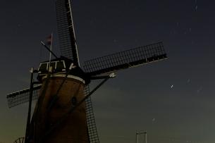 夜空と風車の写真素材 [FYI00465269]