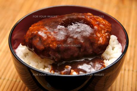 ハンバーグ丼の写真素材 [FYI00465387]