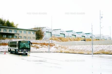 冬のバス乗り場の写真素材 [FYI00465420]