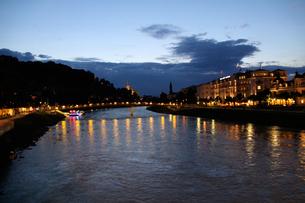 ザルツァッハ川の夜景の写真素材 [FYI00465479]