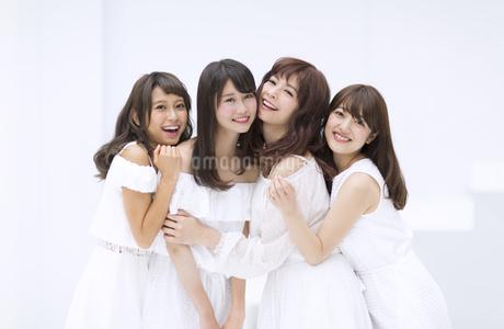 寄り添い笑う女性たちの写真素材 [FYI00465520]