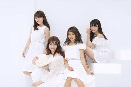 階段に座って微笑む女性たちの写真素材 [FYI00465523]