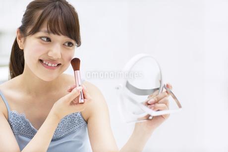 メイクをする女性の写真素材 [FYI00465524]
