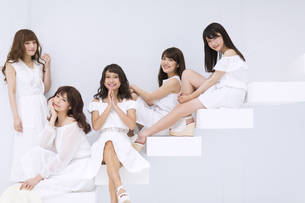 階段に座って微笑む女性たちの写真素材 [FYI00465526]