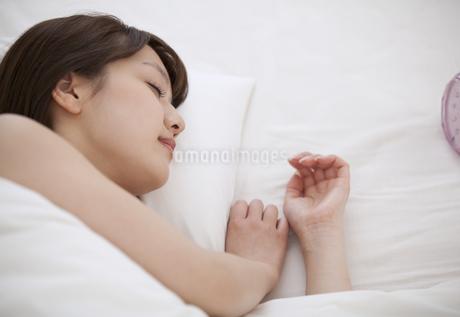ベットで眠る女性の素材 [FYI00465535]