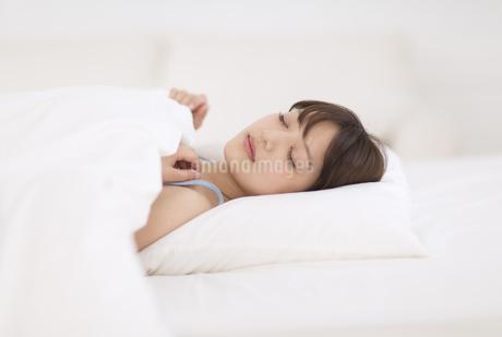 ベットで眠る女性の写真素材 [FYI00465540]
