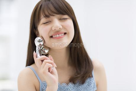 顔のマッサージをする女性の写真素材 [FYI00465543]
