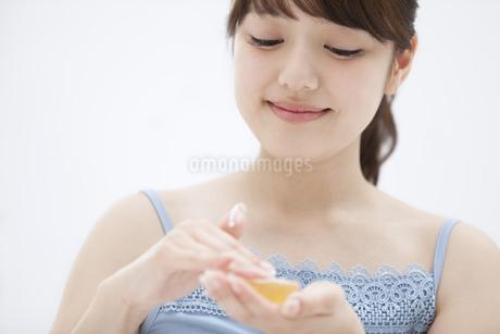 石鹸を擦る女性の写真素材 [FYI00465544]