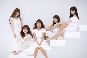 階段に座って微笑む女性たちの写真素材 [FYI00465552]