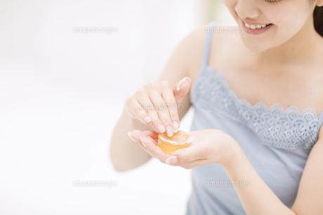 石鹸を擦る女性の手元の素材 [FYI00465556]