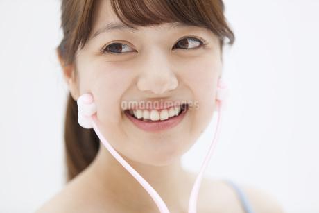 顔のマッサージをする女性の写真素材 [FYI00465561]