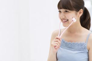 顔のマッサージをする女性の写真素材 [FYI00465563]