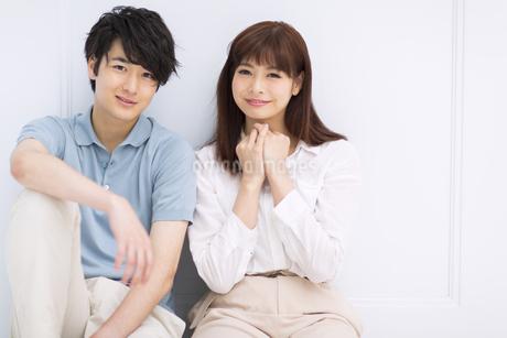 座って微笑むカップルの素材 [FYI00465568]