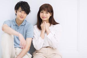 座って微笑むカップルの写真素材 [FYI00465568]