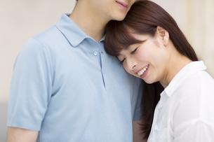 寄り添うカップルの写真素材 [FYI00465578]