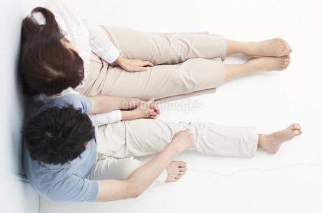 寄り添い座るカップルの写真素材 [FYI00465596]