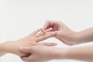 指輪をはめるカップルの手元の写真素材 [FYI00465598]