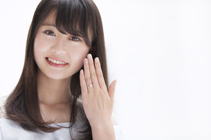 指輪を見せる女性の写真素材 [FYI00465600]