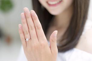 指輪を見せる女性の手元の写真素材 [FYI00465602]