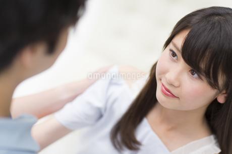 見つめ合うカップルの写真素材 [FYI00465604]