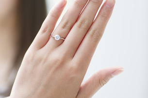 指輪を見せる女性の手元の写真素材 [FYI00465608]