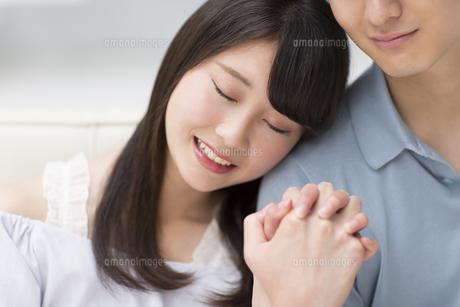 肩にもたれ寄り添うカップルの写真素材 [FYI00465609]