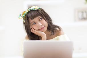 ノートPCの前で考え事をする女性の写真素材 [FYI00465611]