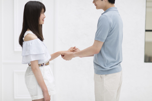 指輪をはめるカップルの写真素材 [FYI00465612]