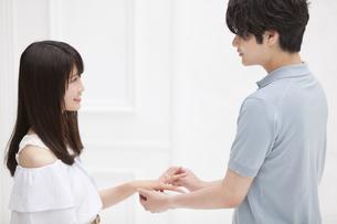 指輪をはめるカップルの写真素材 [FYI00465613]